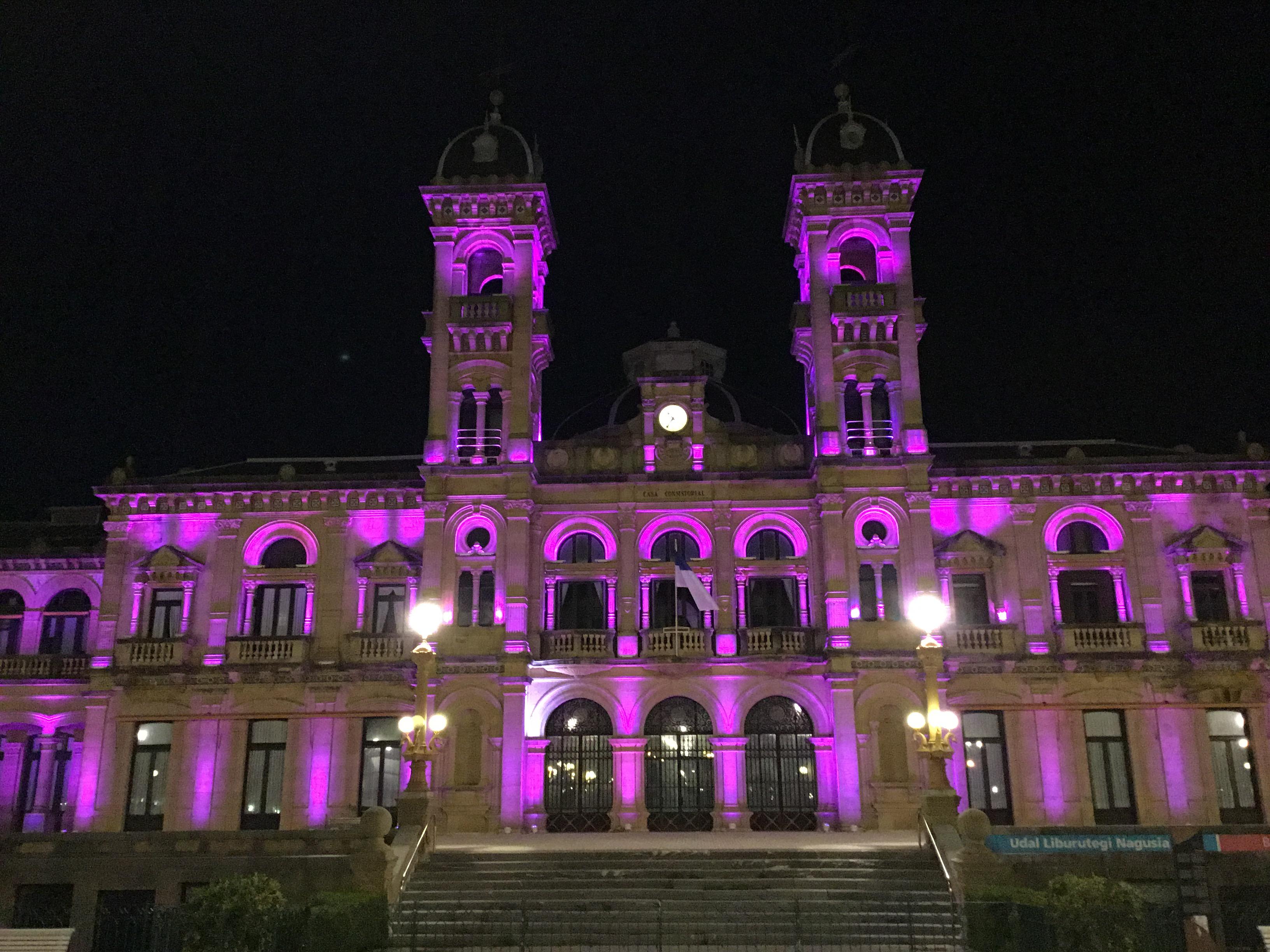El Ayuntamiento de Donostia se ilumina de morado para celebrar el Día Mundial de la Enfermedad Inflamatoria Intestinal