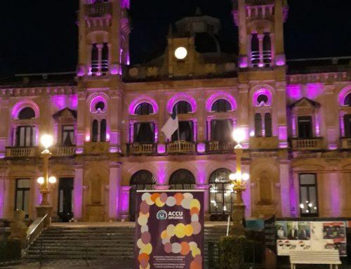 El Ayuntamiento de Donostia se ilumina de morado para celebrar el Día Mundial de la Enfermedad Inflamatoria